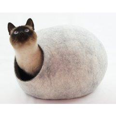 Ručně plstěný pelíšek Cocoon z ovčí vlny pro kočky - světle šedá až bílá