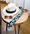 Tmavomodrá kravata s tropickými kvetmi