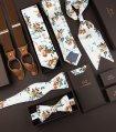 Bílá kravata s hnědými květy