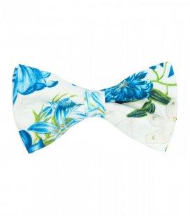 Bílý motýlek s modrými květy