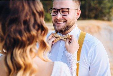 Svatební hořčicový motýlek a kšandy