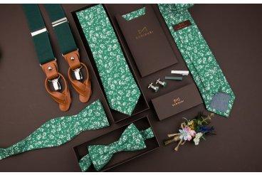 Zelené kravaty a motýlky s květinovým vzorem