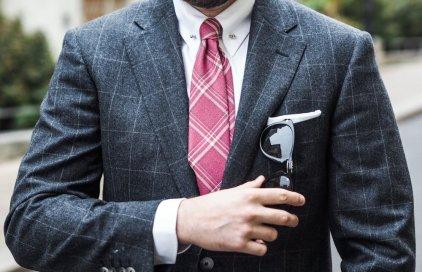 Růžová kravata a vlněný oblek