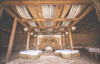 26 Romantických míst pro svatbu na statku i ve stodole