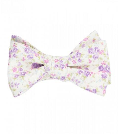 Bílý vázací motýlek s fialovými květy