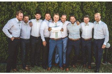 What should groom wear