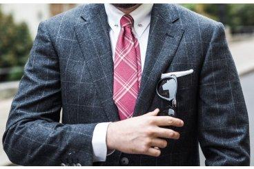Ružová kravata a vlnený oblek