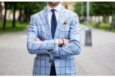Tmavomodrá kravata a letné sako