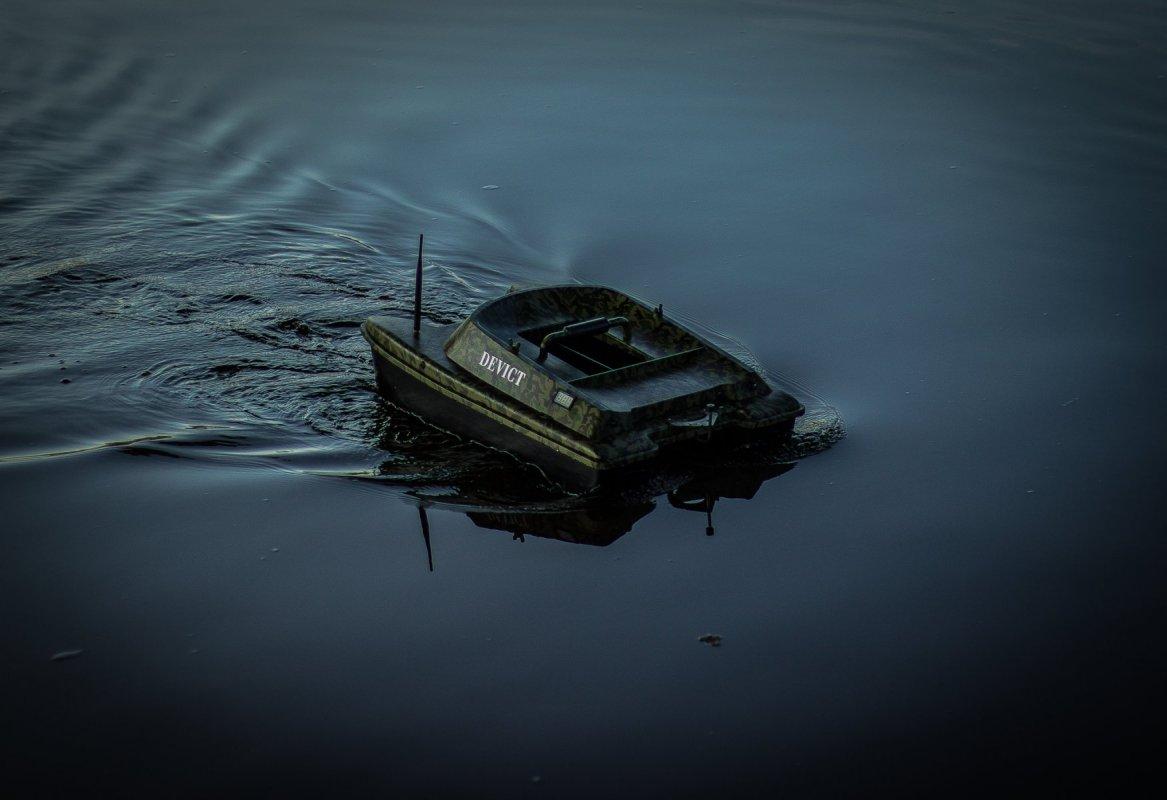 Zavážecí loďka DEVICT Catamaran Fishing robot