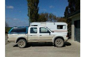Rodinná kára s karavanem v pozadí