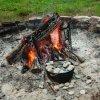 Litinový outdoorový hrnec s poklicí Lodge 3,8l (Camp Dutch Oven)