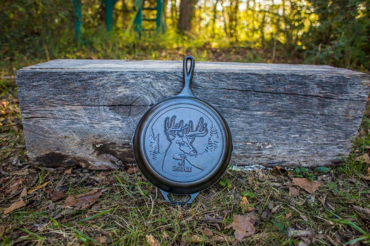 Litinová pánev Lodge Deer 26cm