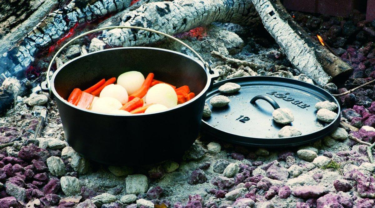 Litinový outdoorový hluboký hrnec s poklicí Lodge 7,6l (Camp Dutch Oven)