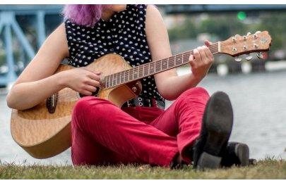 Hra na kytaru s Renatou