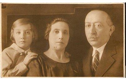 M. Horetzká s rodiči 1932