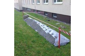 Vytvoření zábran a demontáž dlaždic svislá hydroizolace pro panelový dům na Praze 5 - ul. Klukovická. Zobrazení vytvoření zábrany a demontáže dlaždic