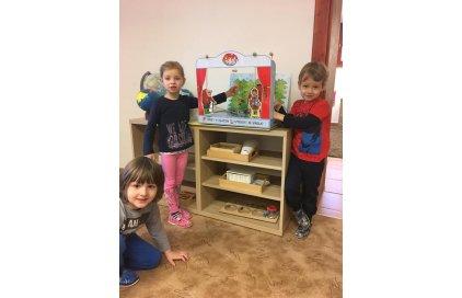 Prostredníctvom bábkových divadiel Marionetino, Kúzelná Montessori škôlka, detská skupina pre deti od dvoch do siedmych rokov veku dieťaťa, testuje spôsoby využitie divadla, ako výchovne vzdelávacieho materiálu z pedagogického hľadiska.