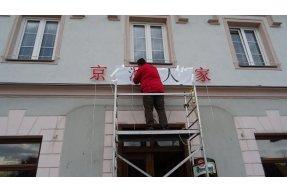 Svítící nápis pro Česko-Čínskou společnost