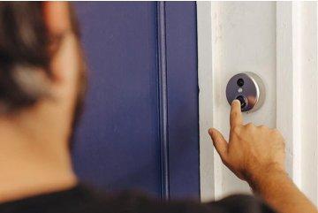 Dlouhodobý problém s vandalem vyřešen díky dveřnímu kukátku SECUTRON DOORGUARD