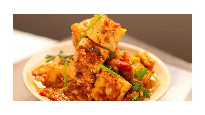 Chrumkavé tofu v korenisto-paradajkovej omáčke (dau hu sot ca)