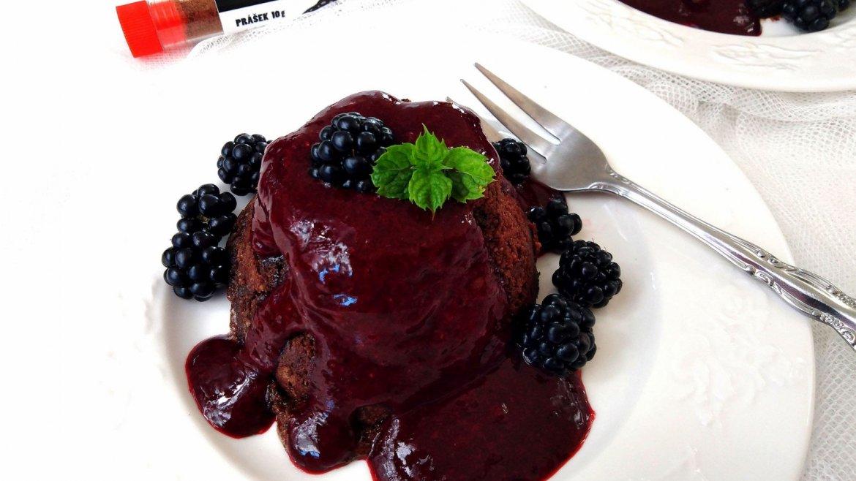 Lávová torta s čili a černicami