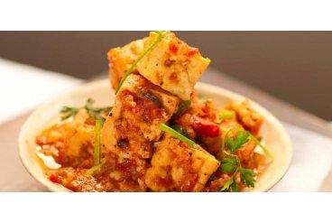 Křupavé tofu v pepřovo-tomatové omáčce (dau hu sot ca)