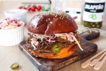 Hamburger s trhaným mäsom a šalát coleslaw