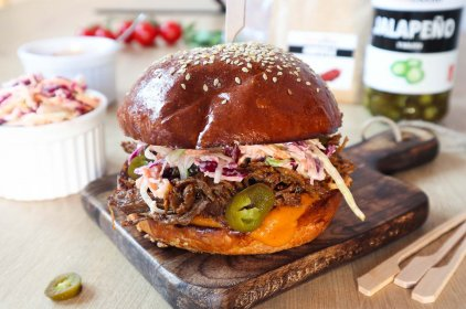 Burger s trhaným masem a salátek coleslaw