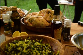 Okurkovo olivová tapenáda před podáním + příprava kuřete