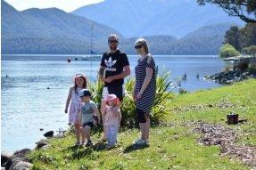 Rodinka u jezera v Te Anau