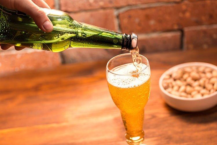 Pivní láhvová sklenice na stopce