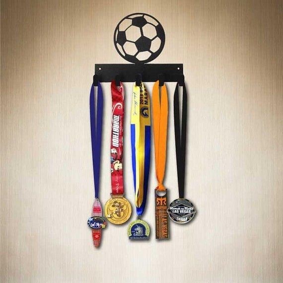Věšák na medaile pro fotbalistu
